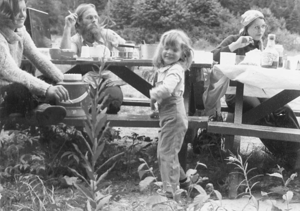 Une tante, mes parents et moi, dans les années 70. L'époque où je commençais à écouter (et chanter!) du Garolou!